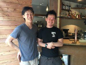 佐久間社長と店長が並んでカウンターの前に満面の笑みで立っています。