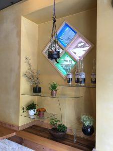 背景に4つの菱形の格子状のガラスがプルー、緑、白に輝いて店内を明るくします。