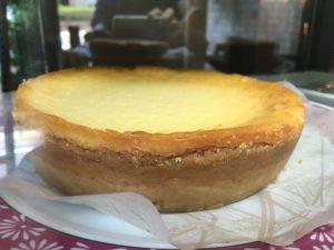 実際のチーズケーキとカウンターの写真をならべてみましhた。似てるかな?