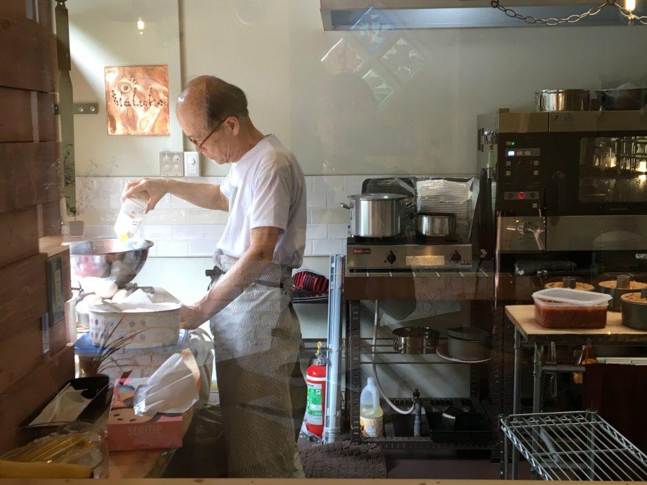 植村さん厨房で働く