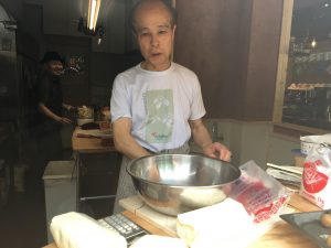 ガラス一枚を隔ててチーズケーキをつくる植村さんの様子をみることができます。