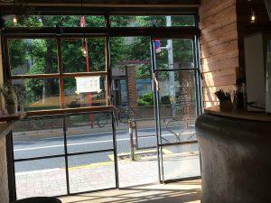 店内から向かいの公園が大きく透明でクリアなガラスごしにみえます。