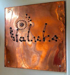 大きな真鍮を撃ち抜いて作った銘板はキラキラ輝いています。PaLukeのアルファベットPの上の部分がタンポポに。綿毛が飛んでいます。